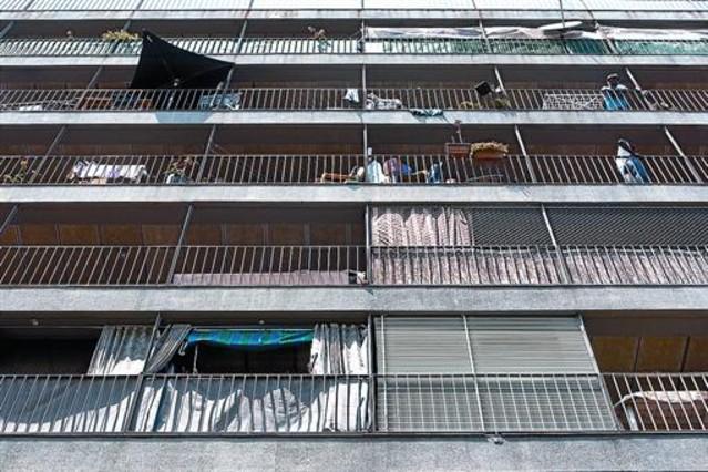Adigsa reconoce 53 pisos oficiales con intrusos en el rea - Pis proteccio oficial barcelona ...