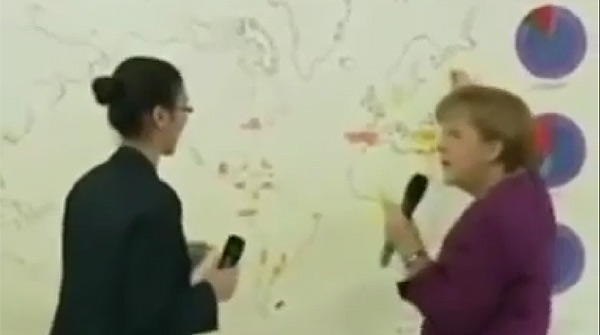 Merkel se pierde en el mapa.