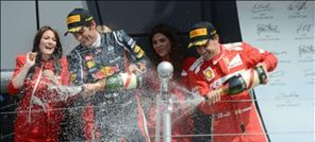 Mark Webber celebra su victoria junto a&amp;#160;Fernando Alonso.