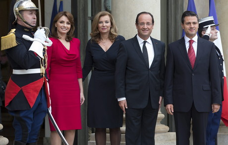 El presidente francs, Franois Hollande (segundo por la derecha), y la primera dama Valerie Trierweiler (segunda por la izquierda), posan junto al presidente electo de Mxico, Enrique Pea Nieto y su mujer, Anglica Rivera, hoy en el Elseo.