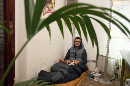 Willy Uribe, en los bajos del Raval en el que se encuentra en huelga de hambre.