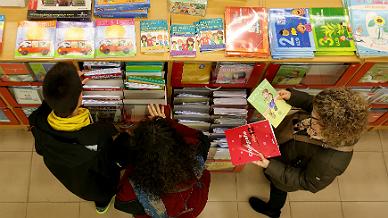 Unas personas revisan libros de texto en una de las tiendas de la cooperativa Abacus en Barcelona, en enero de este a�o.
