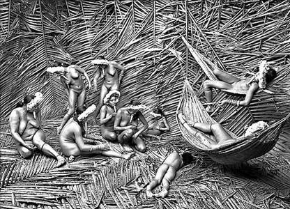 Mujeres de la aldea Zo'� (Brasil) pintan sus cuerpos con la fruta roja de la bija.