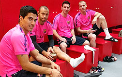 Messi, con Su�rez, Mascherano y Mathieu, en el vestuario azulgrana, este domingo.