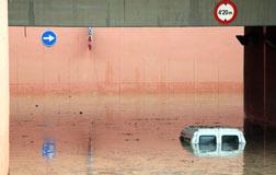 Un veh�culo, atrapado por la lluvia en un paso subterr�neo de Calafell (Baix Pened�s).