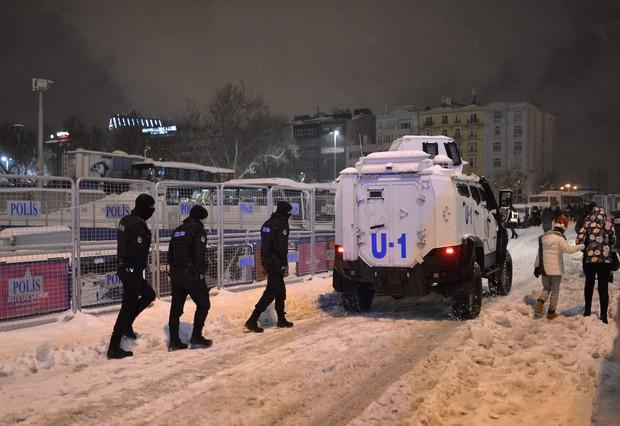 Agentes de policía desplegados en la plaza Taksim.