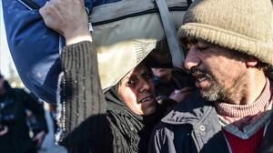Dos refugiados sirios, en el paso fronterizo de Öncüpinar, cerca de Killis, el 8 de febrero.