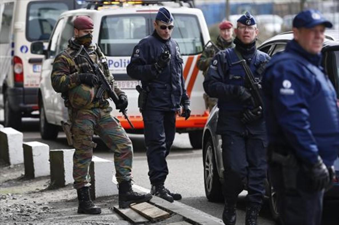 Miembros de las fuerzas de seguridad controlan el acceso al aeropuerto de Zaventem, ayer en Bruselas.
