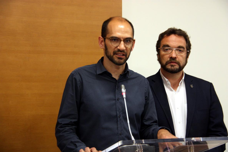 El teniente de alcalde Sabadell Maties Serracant presentando este martes su dimisión temporal junto con el alcalde de Sabadell, Juli Fernàndez.