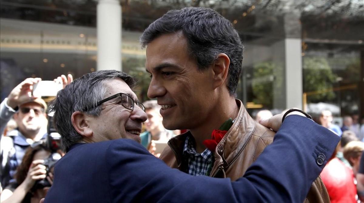 Patxi López abraza a Pedro Sánchez, el pasado Sant Jordi en Barcelona.