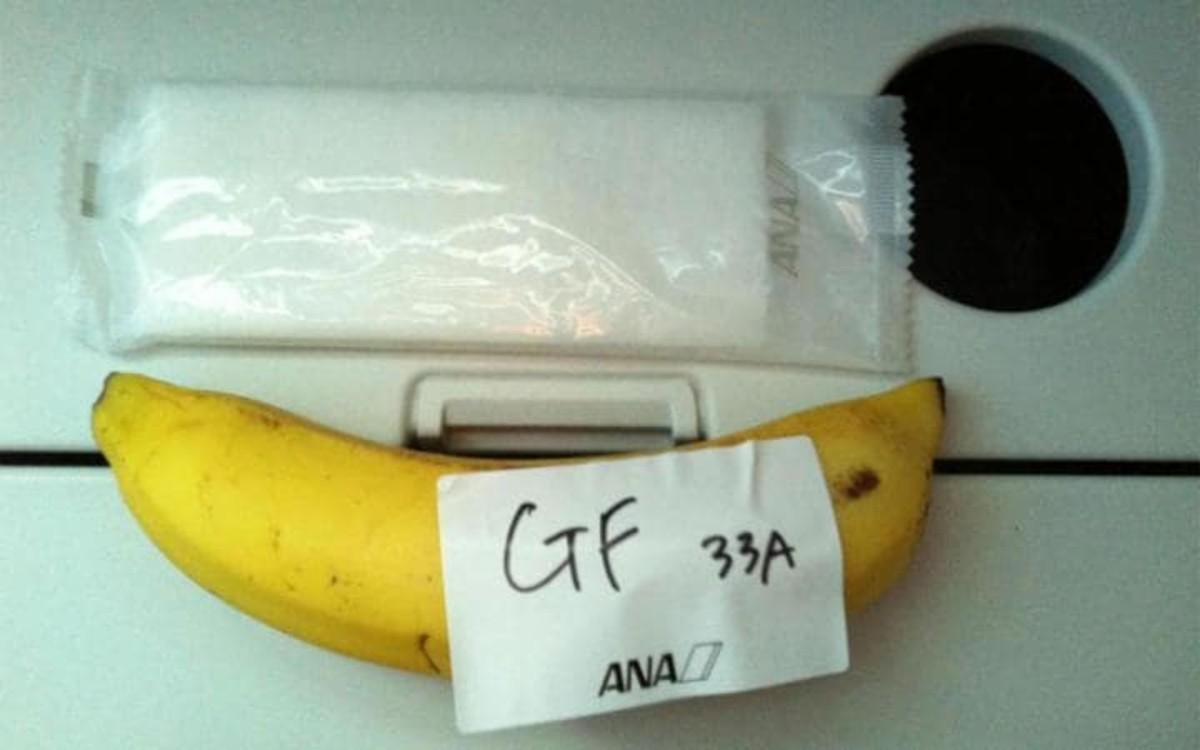 Menú gluten free en ANA: una banana con cubiertos.