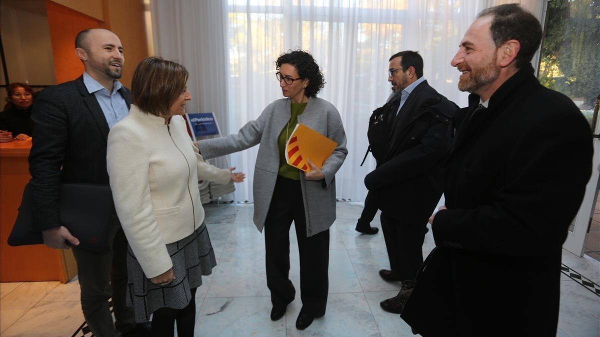 Marta Rovira saluda a Carme Forcadell a su llegada.