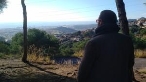 El alcalde de Mataró, David Bote, vislumbra la capital del Maresme desde el Parque Forestal.