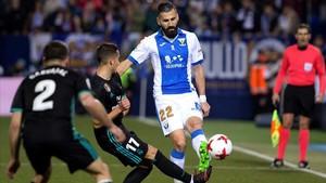 Siovas lucha por un balón con Lucas Vázquez