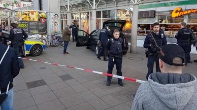 Agentes ante el vehículo del atacante en Heidelberg.