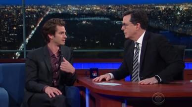Andrew Garfield es besa, ara, amb Stephen Colbert