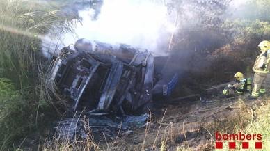 Un ferit lleu a l'incendiar-se un camió al sortir de la via a Bàscara