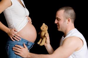 Dona embarassada amb la seva parella.