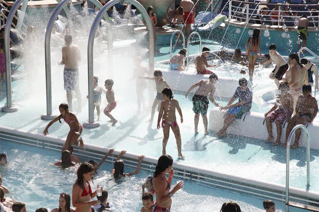Veranear en una ciudad flotante sociedad el peri dico for Fotos porno en la piscina