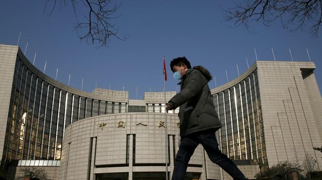 Un hombre pasa por delante de la sede del Banco Central de China, este martes en Pek�n.
