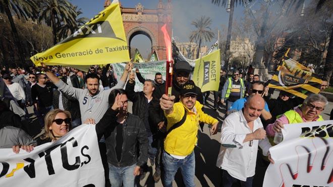 Inicio de la manifestación que les conduce hasta la plaça Sant Jaume