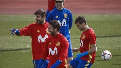 Lopetegui, junto a Ramos, Piqué y Azpilicueta en un entrenamiento.