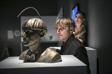 Neil Harbisson, junto a la escultura de su 'Cabeza sonocrom�tica'.