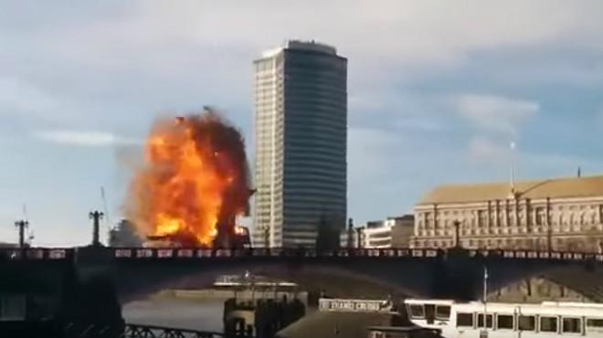 Imagen del momento de la explosi�n de un bus durante el rodaje de una pel�culaen Londres.