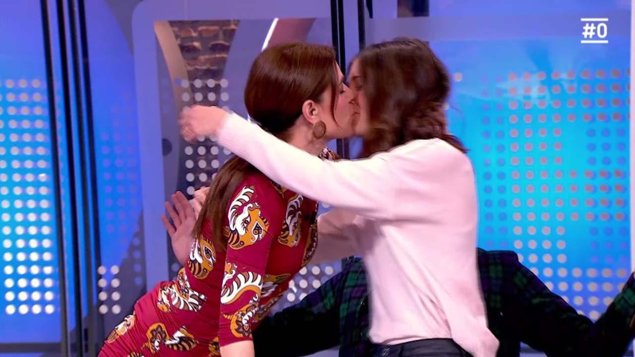 Raquel Sánchez Silva i Alba Carreres es besen en contra de la violència homofòbica