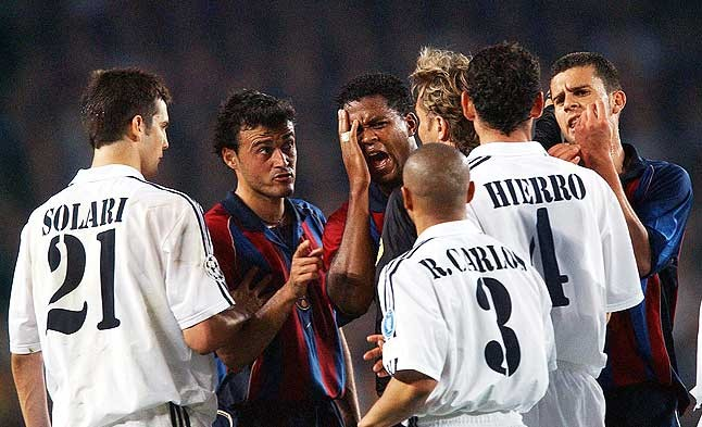 Polémica arbitral. Varios jugadores azulgranas y blancos protestan durante el partido de semifinales de la Liga de Campeones disputado el 23 de abril del 2002.