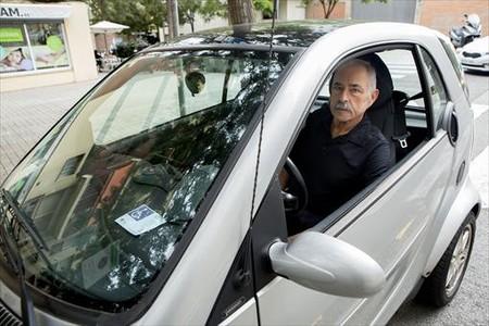 Romeu, con la tarjeta de discapacitado visible en su autom�vil, el pasado septiembre, en Barcelona.