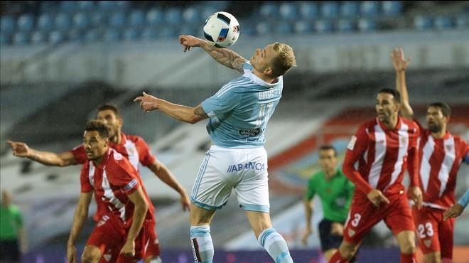 Guidetti intenta controlar un bal�n junto a varios jugadores del Sevilla.