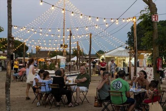 Ambiente bajo la icónica 'carpa' de bombillas de La Santa Market.