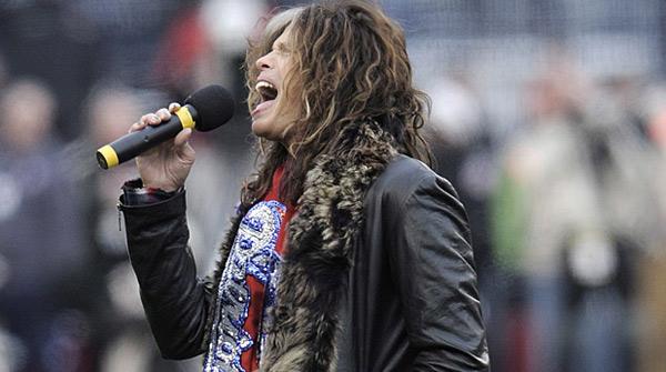 Steven Tyler fa el ridícul cantant l'himne dels EUA