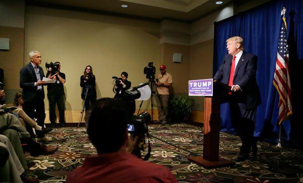El magnate y aspirante a candidato republicano, Donald Trump, expulsa de la sala a un periodista hispano que le hacía preguntas incómodas.