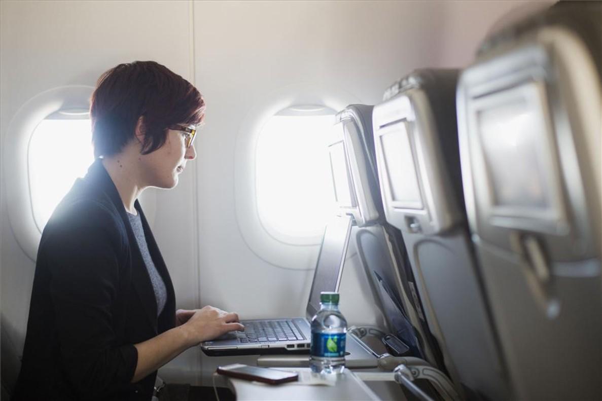 Wifi en el avión: qué compañías lo ofrecen y cuál es el precio