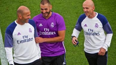 Zidane bromea junto a Zidane y a David Bettoni, uno de sus ayudantes, en el �ltimo entrenamiento del Madrid en Montreal.