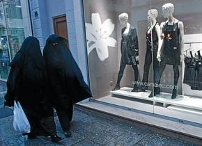Dues dones amb vel integral, davant dun aparador de roba a Marsella.