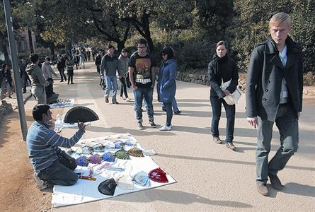 Vendedores ambulantes en el interior del parque <span class=