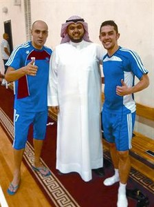 Javi Rodrguz, junto al dueo del Kuwait Club, y Bruno, el otro extranjero del equipo.