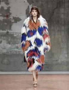 Marni ha creado su colección alrededor de los abrigos de piel con manchas de colores.