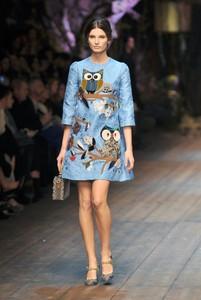 Una modelo luciendo uno de los vestidos de Dolce & Gabbana, inspirados en la Edad Media.