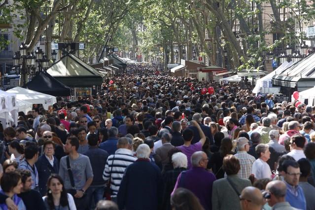 Cientos de personas visitan la Rambla de Catalunya, en la diada de Sant Jordi.
