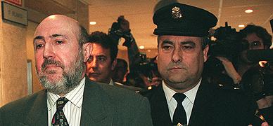 Luis Roldán es conducido por dos agentes de policía a la sala del juicio, el 20 de febrero de 1997