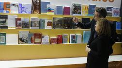 Soraya S�enz de Santamar�a, en el estand de las publicaciones oficiales del Estado.