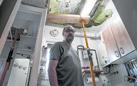 Claudio Banchelli, en la cocina apuntalada de uno de los 31 pisos de la finca del 91 de Santa Rosalia.