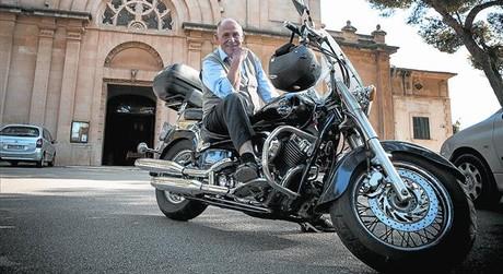 Tomeu Suau, amb la seva moto, regal d'un grup de joves del barri, davant l'església del Pont d'Inca, a Palma.