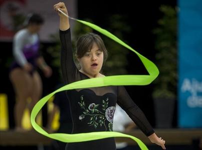 Una gimnasta italiana del Special Team Prato ensaya su ejercicio con la cinta durante una sesi�n de entrenamientos de los Juegos Special Olympics.