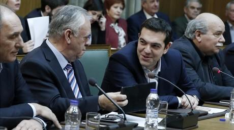 Tsipras (segundo por la derecha) habla con el viceprimer ministro, Yannis Dragasakis, en la primera reuni�n del Consejo de Ministros, este mi�rcoles en Atenas.
