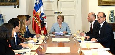 Michelle Bachelet pide la renuncia a todos sus ministros